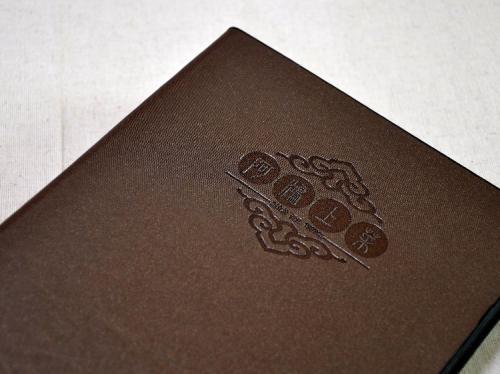 平裝騎馬釘菜單、精裝鎖銅釘菜單、活頁夾式裝訂、軟皮精裝書殼菜單、精裝蝴蝶頁菜單、壓繩裝訂菜單、雙鐵線圈還菜單、單張護膜菜單
